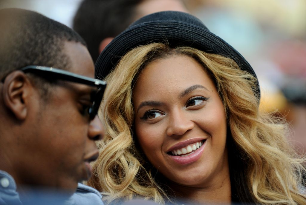 Entertainer Jay-Z (L) and wife Beyoncé (